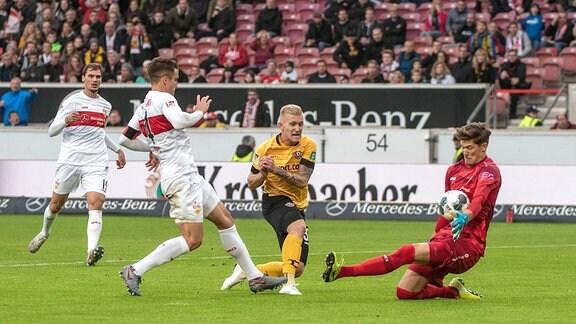 Marc-Oliver Kempf VfB Stuttgart, Luka Stor Dynamo Dresden und Torwart Gregor Kobel VfB Stuttgart.