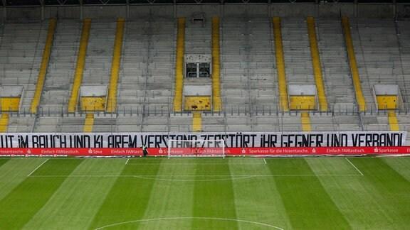 """Am K-Block in Dresden hängt ein Banner: """"Mit Wut im Bauch und klarem Verstand zerstört ihr Gegner und Verband"""""""