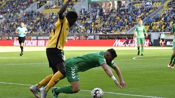 Moussa Kone (14, SG Dynamo Dresden / SGD) gegen Maximilian Wittek (3, SpVgg Greuther Fürth)