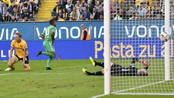 Daniel Keita-Ruel (10. SpVgg Greuther Fürth ) erzielt Treffer Tor Torschuß zum 0:1 gegen Marco Hartmann (6, SG Dynamo Dresden / SGD ) Markus Schubert (1, SG Dynamo Dresden / SGD )