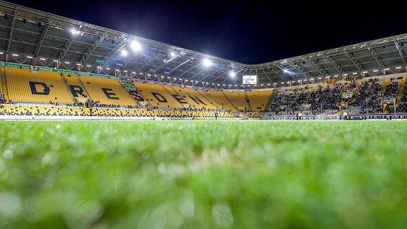 Weitwinkel-Motiv vom Rudolf-Harbig-Stadion rund 60 Minuten vor Anpfiff