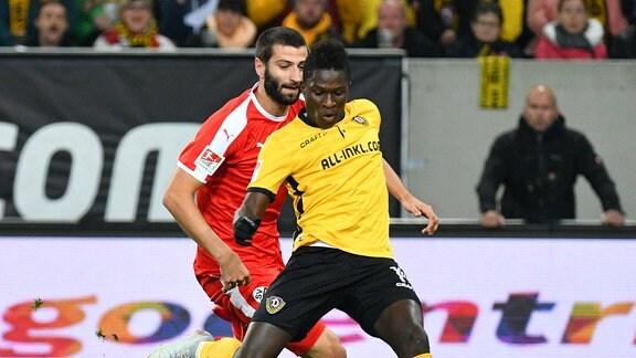 Markus Karl (SV Sandhausen) li., Moussa Kone (SG Dynamo Dresden) re.