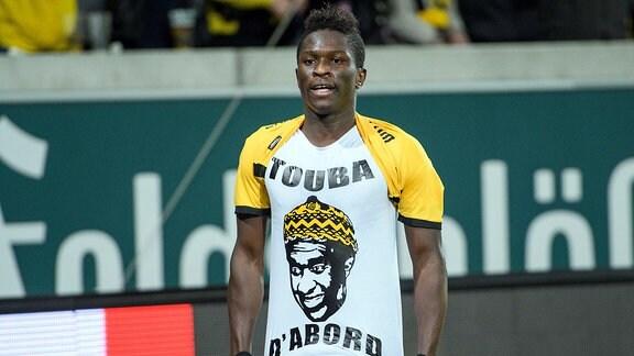 Dresdens Moussa Kone jubelt nach seinem Treffer zum 1:0