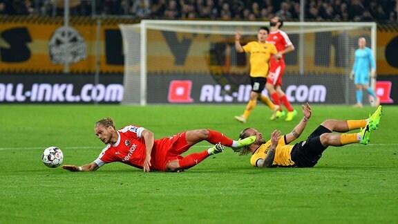 Rurik Gislason (SV Sandhausen) li. und Patrick Ebert (SG Dynamo Dresden)