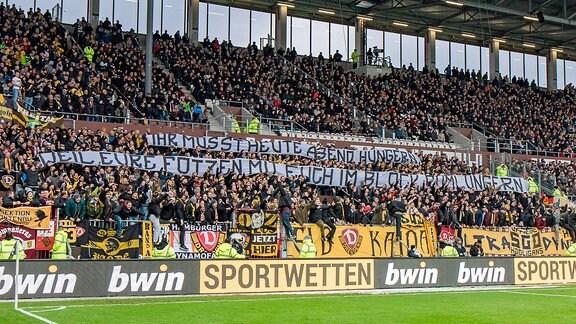 Fans von Dynamo Dresden im Millerntor-Stadion (FC St. Pauli - SG Dynamo Dresden)
