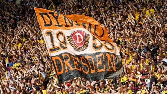 Dynamo-Flagge im Fanblock