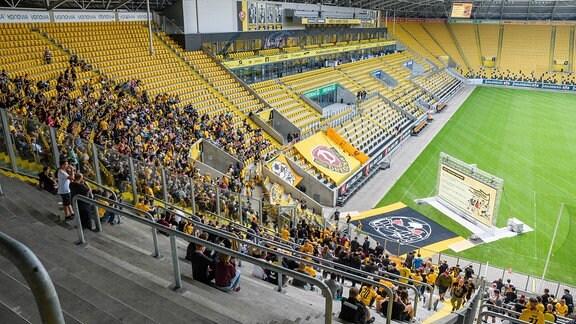 Blick vom K-Block auf die Leinwand im Rudolf-Harbig-Stadion