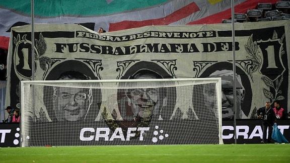 Dresdner Fans mit Anti-DFB-Choreographie