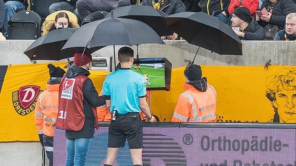 Schiedsrichter Benjamin Cortus sieht sich beim Videoassistenten eine Spielszene nochmals an SG Dynamo Dresden - SV Sandhausen