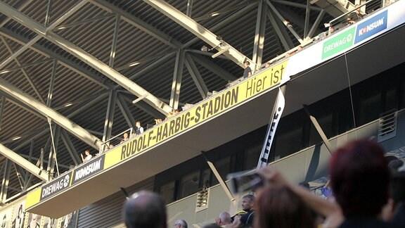 Der Name des Stadions wurde von den Fans gewählt, hier wird der Schriftzug enthüllt, das Stadion heisst wieder Rudolf-Harbig-Stadion