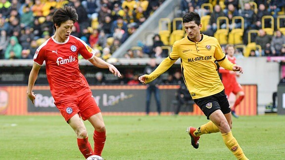 Jae-sung Lee (Holstein Kiel) li. und Jannis Nikolaou (SG Dynamo Dresden)