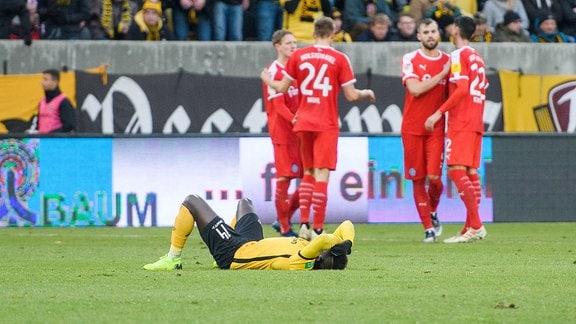 Dresdens Moussa Kone liegt nach dem Abpfiff enttäuscht am Boden