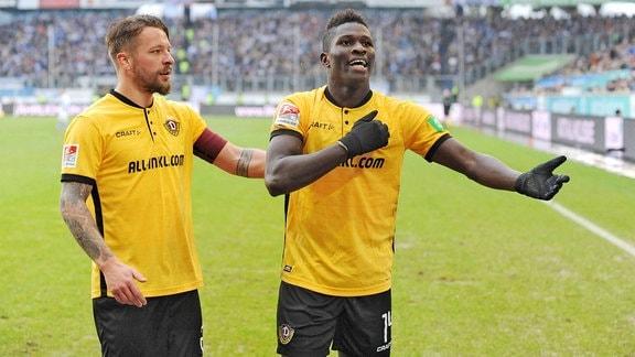 Patrick Ebert jubelt mit Torschütze Moussa Kone ( beide Dynamo Dresden ) nach seinem Treffer zum 3 : 0.