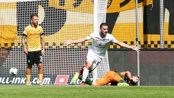 Tor für St. Pauli, Dimitrios Diamantakos (18, St.Pauli) trifft zum 0:1 gegen Torhüter Kevin Broll (1, Dresden).
