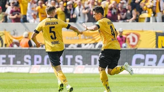 Dynamo Dresdens Jannis Nikolaou (rechts) jubelt nach seinem Treffer zum 2:3 mit Dzenis Burnic (links)