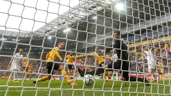 Dresdens Tim Väyrynen erzielt gegen Wiesbadens Torwart Markus Kolke das Tor zum 4:0