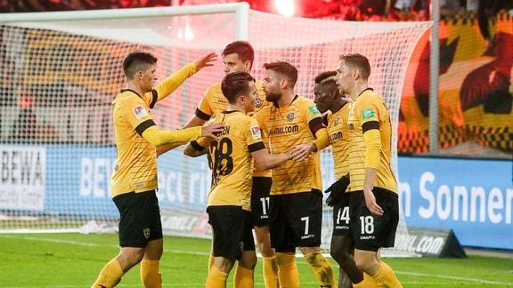 Tor für Dresden, Dresdener Spieler jubeln nach dem Treffer zum 1:0