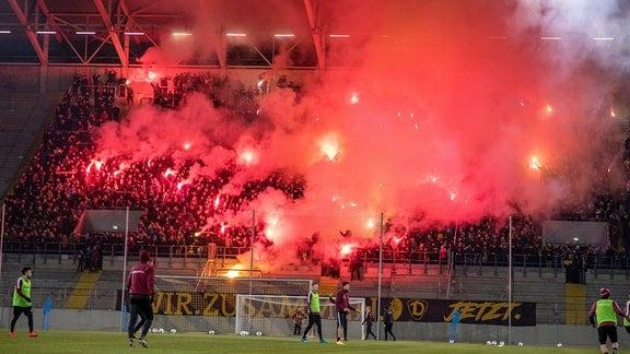 Mehr als 4.000 Dynamofans feuern die Spieler während der Trainingseinheit am Abend mit Pyro und Gesängen an