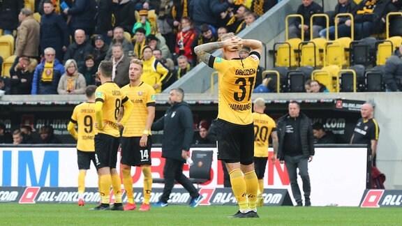 Enttäuschte Dresdner Spieler nach Abpfiff