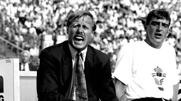Trainer Siegfried Held (li.) und Assistent Ralf Minge (1. FC Dynamo Dresden), 1993