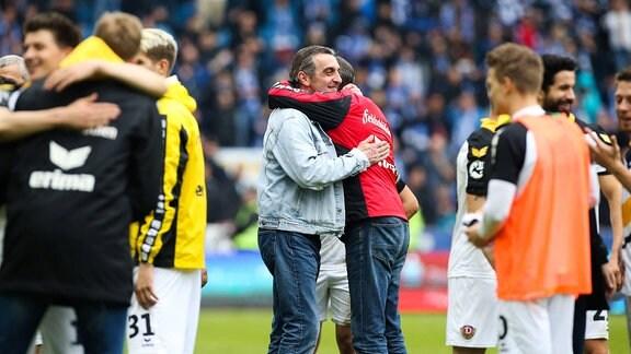 Jubel nach Spielende - Trainer Uwe Neuhaus und Geschäftsführer Ralf Minge (SG Dynamo Dresden, 2016)