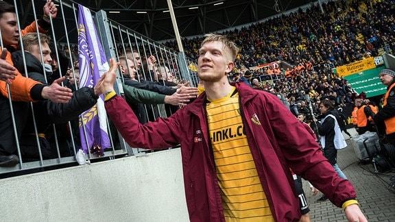 Dresdens Simon Makienok, nach Abpfiff bei den Fans von Dynamo Dresden