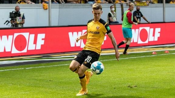 Julius Kade am Ball - Dynamo Dresden