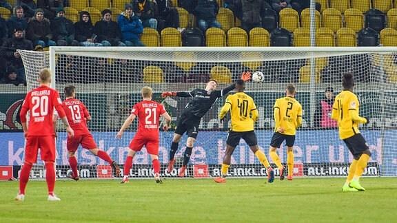 Bielefeld geht mit 3:4 in Führung, Torwart Markus Schubert ist machtlos.
