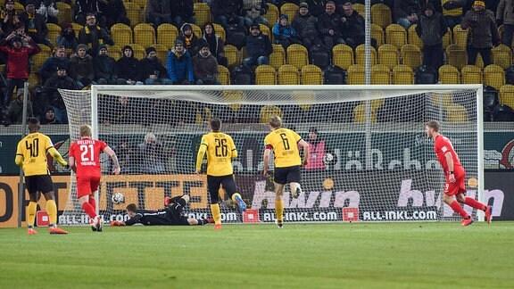 Fabian Klos (rechts) erzielt per Strafstoß das 3:3.