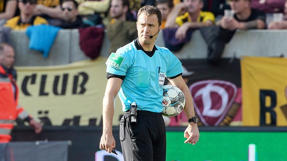 Schiedsrichter Felix Zwayer.
