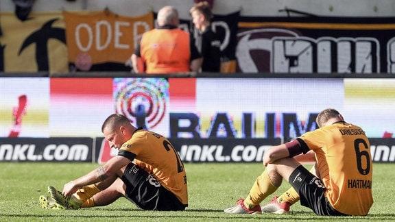 Im Bild v.l.: Patrick Ebert 20, Dresden und Marco Hartmann 6, Dresden enttäuscht nach der Niederlage.