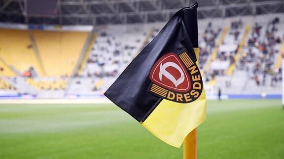 Eckfahne mit Vereinssymbol von Dynamo Dresden