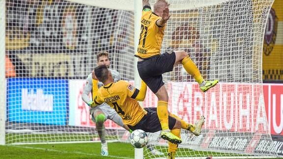 Dresdens Jannis Nikolaou und Brian Hamalainen fliegen am Ball vorbei.