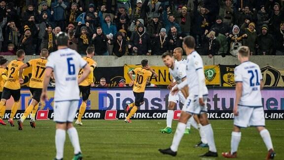 Dresdens Marco Terrazzino (Mitte) bejubelt seinen Treffer zum 1:0