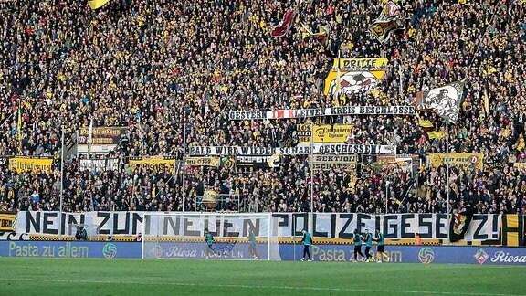 Dynamo Dresden Fans protestieren gegen Polizeigesetz mit Bannern im Stadion.