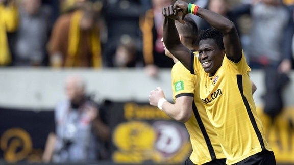 Dynamos Moussa Kone jubelt nach seinem 1:0 Elfmetertreffer.