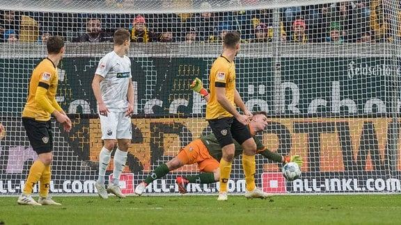 Dresdens Torwart Kevin Broll pariert einen Torschuss.