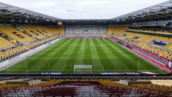 Blick in das Rudolf-Harbig-Stadion mit leeren Zuschauerrängen