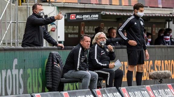 Dresdens Cheftrainer Markus Kauczinski Mitte, rechts daneben Co-Trainer Heiko Scholz sowie links Torwarttrainer Brano Arsenovic