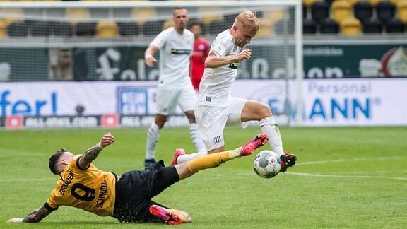 Dresdens Patrick Schmidt links gegen Bryan Henning rechts