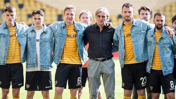 Mannschaftsfoto der Dresdner nach Spielende gemeinsam mit dem scheidenden Sportdirektor Ralf Minge.