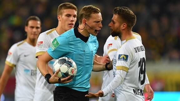 Schiedsrichter Martin Petersen gibt den Wiesbadener Treffer nicht.