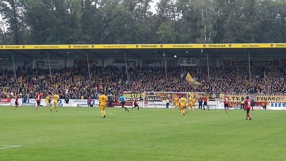 Dynamo Dresden Fans füllen einen Grossteil des Stadions in Grossaspach