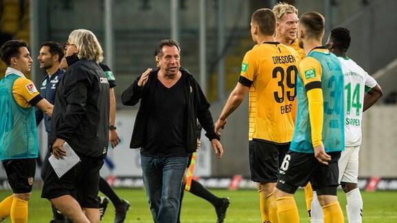 Dresdens Cheftrainer Markus Kauczinski (Mitte) nach Abpfiff bei seinen Spielern