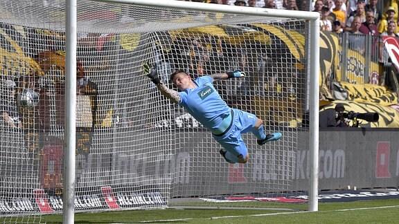 Heidenheims Torwart Kevin Müller kann den Schuss von Dynamos Patrick Ebert zum1:0 nicht verhindern.