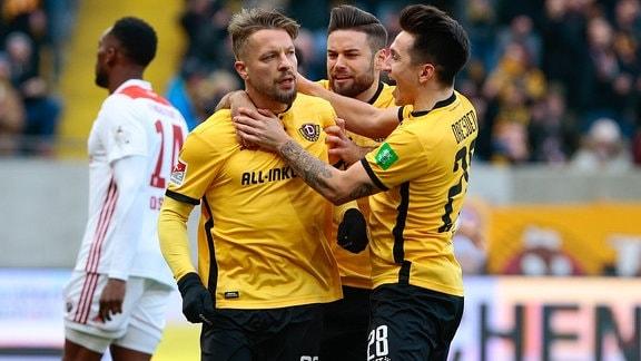 v.l. Patrick Ebert (Dynamo Dresden, 20), Niklas Kreuzer (Dynamo Dresden, 7), Baris Atik (Dynamo Dresden, 28) ) beim Torjubel