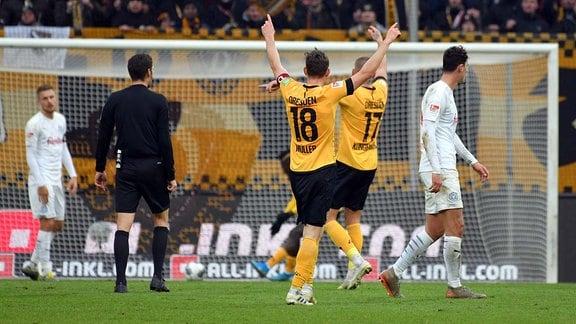 Mannschaft von Dynamo Dresden bejubelt das 2:1, SG Dynamo Dresden vs. Holstein Kiel, Fussball, 2. Bundesliga