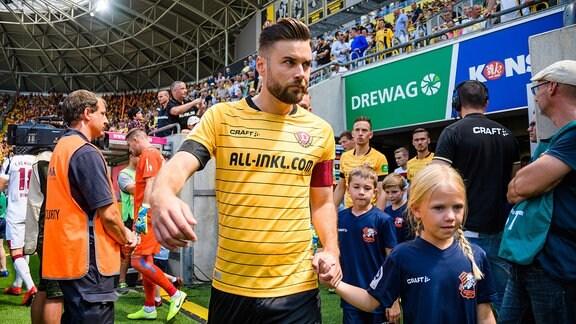 Niklas Kreuzer führt sein Team als Kapitän aufs Feld.