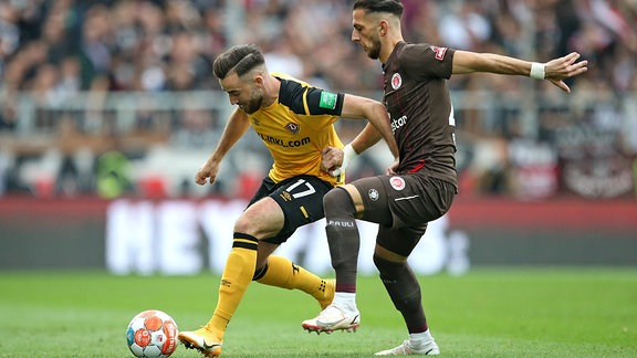 Morris Schröter (Dynamo Dresden) gegen Leart Paqarada (FC St. Pauli)