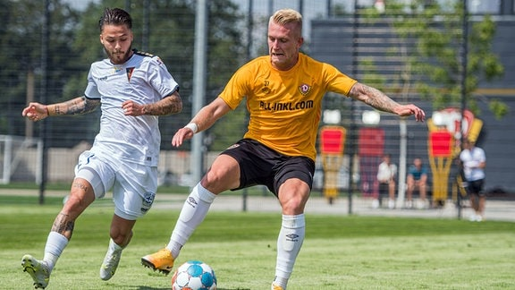 Testspiel SG Dynamo Dresden - Pogon Stettin - Luka Stor rechts gegen Sebastian Kowalczyk links